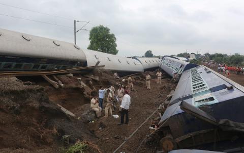 U Indiji iskočili vlakovi iz tračnica