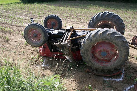 U prevrtanju traktora poginuo muškarac