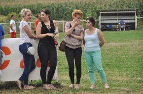 Zgodne djevojke prate i komentiraju nogometne poteze u Prigorju