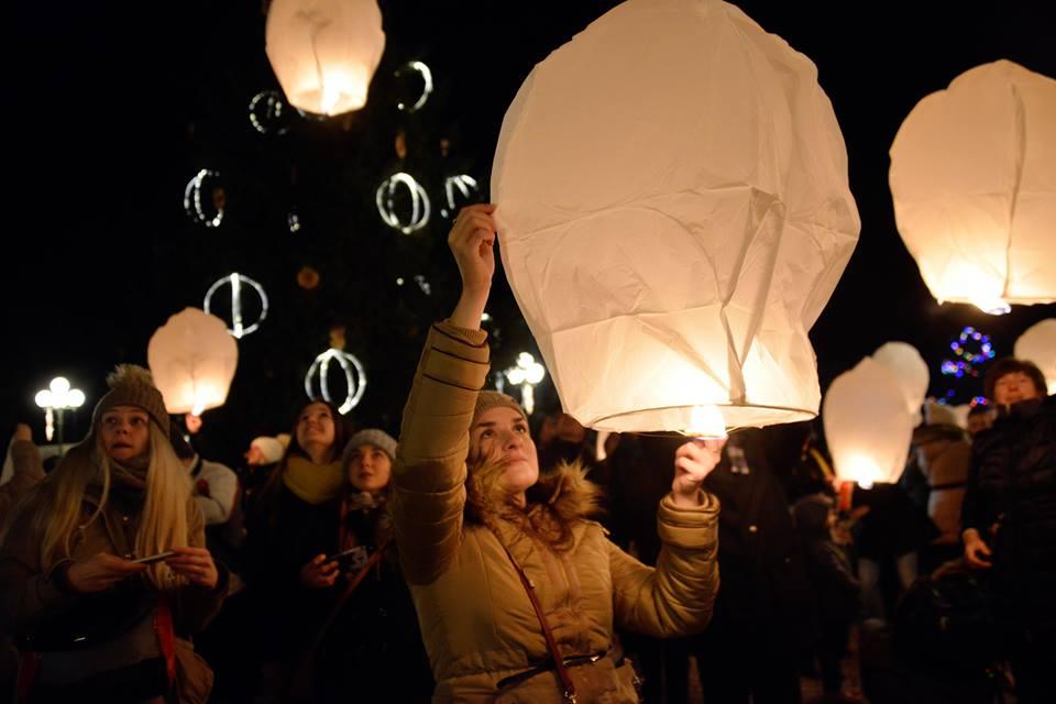 FOTO ADVENT U ĐURĐEVCU Svečanim otvorenjem klizališta i puštanjem lampiona u zrak počeo je bogat adventski program u Đurđevcu