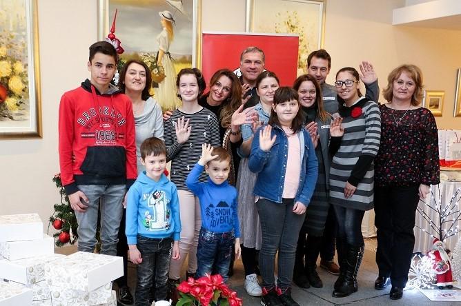 Djelatnici dm-a predali božićne poklone Gradskom društvu Crvenog križa Vrbovec za 76 djece