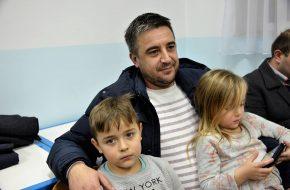 Ponosni otac sa svojom djecom