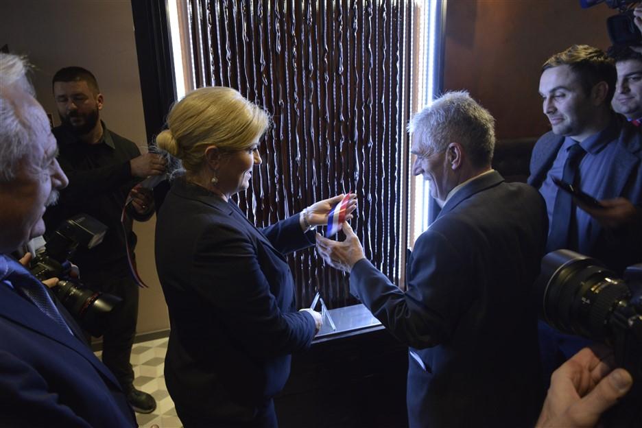 FOTO/VIDEO: Predsjednica Kolinda Grabar Kitarović svečano otvorila Choco bar u Križevcima