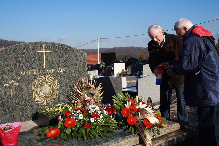Izaslanstvo Grada Vrbovca zapalilo svijeće i položilo cvijeće na grob Ivana Rabuzina