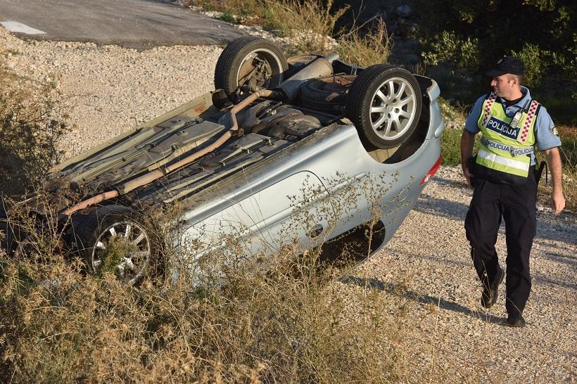 Automobil završio na krovu, ozlijeđena jedna osoba