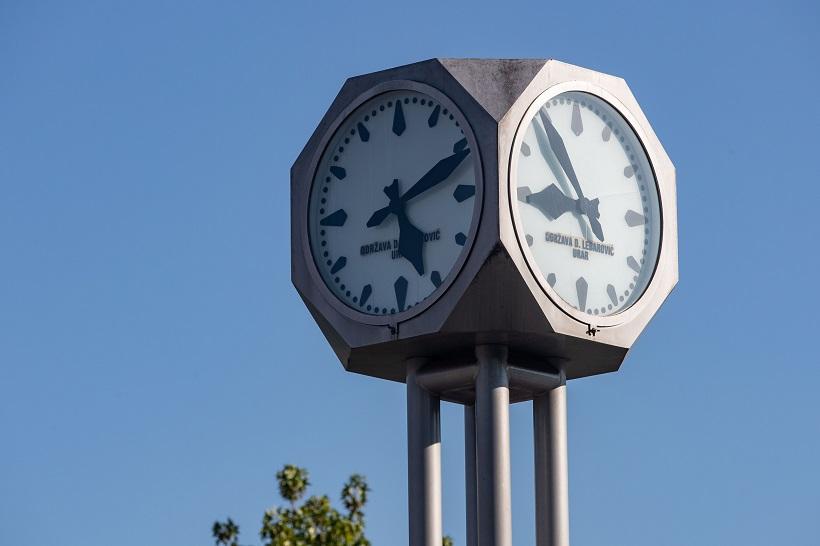 Ulični sat pokazuje različito vrijeme