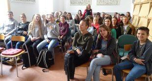 Koprivnički tinejdžeri na književnom susretu s glumicom i spisateljicom Vlastom Golub