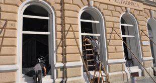 Radnici mijenjaju dotrajalu stolariju/G. Obran