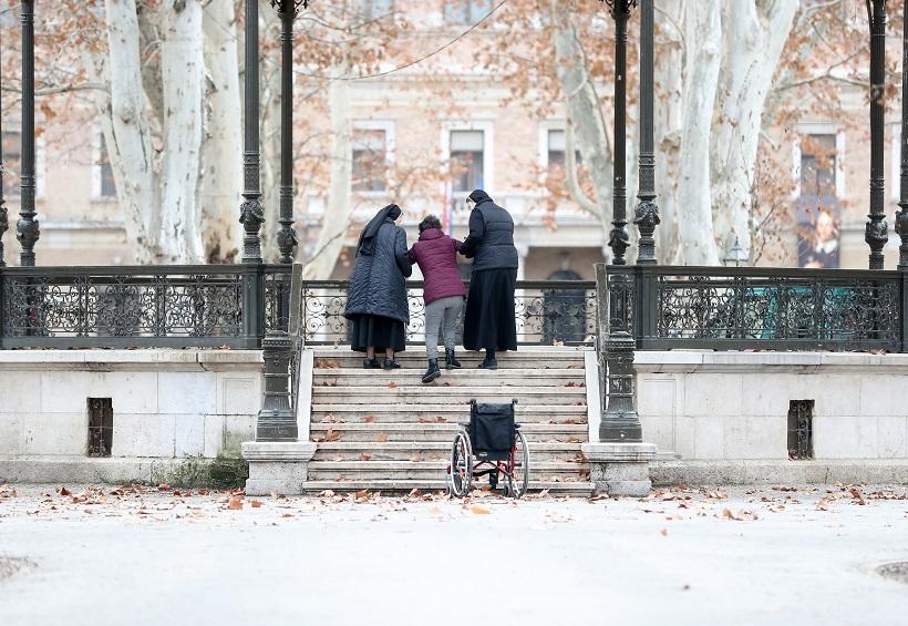 Časne sestre pomogle su osobi s invaliditetom da se popne na Glazbeni paviljon