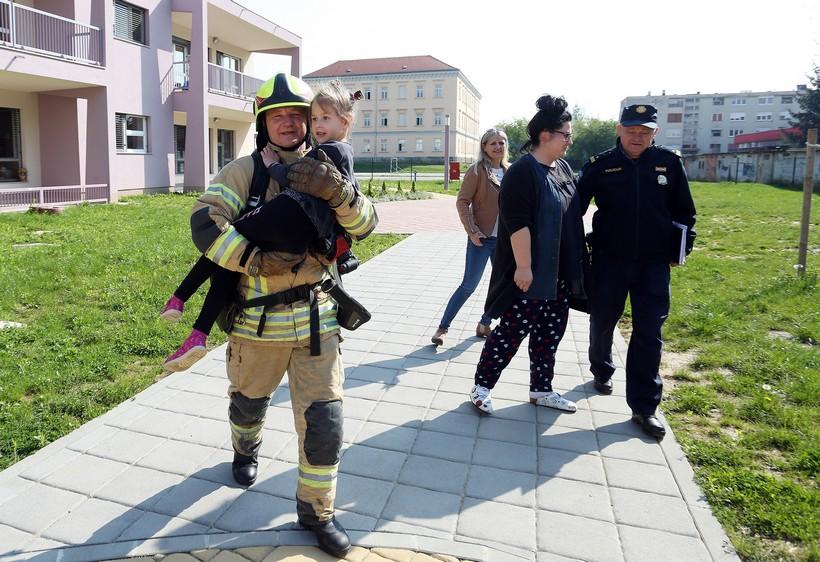 [FOTO] VJEŽBA Vatrogasci, crveni križ i policija spašavali mališane iz plamtećeg vrtića