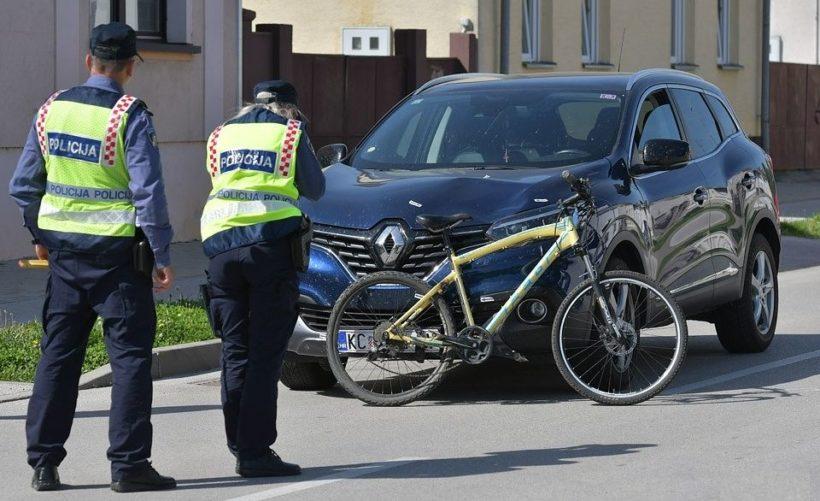 Sudar automobila i bicikla // Biciklistkinja prevezena u bolnicu