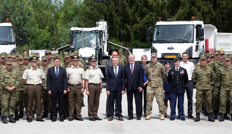 [VIDEO] Vlada Sjedinjenih Američkih Država Hrvatskoj vojsci donirala šest kamiona i jedan kopač utovarivač
