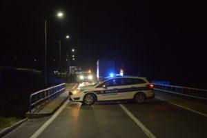 POGINULA OSOBA Izgubio nadzor nad vozilom i sletio van kolnika udarivši u pješačku stazu i odvodni kanal