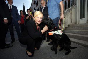 [VIDEO] Predsjednicu u Splitu izljubio pas