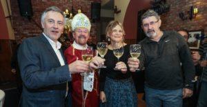 [VIDEO] Predsjednički kandidat Miroslav Škoro s prijateljima krstio svoje vino