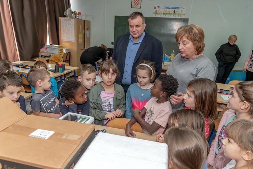 Gradonačelnik Dinko Pirak uručio Osnovnoj školi Čazma informatičku i laboratorijsku opremu vrijednu 200.000 kuna