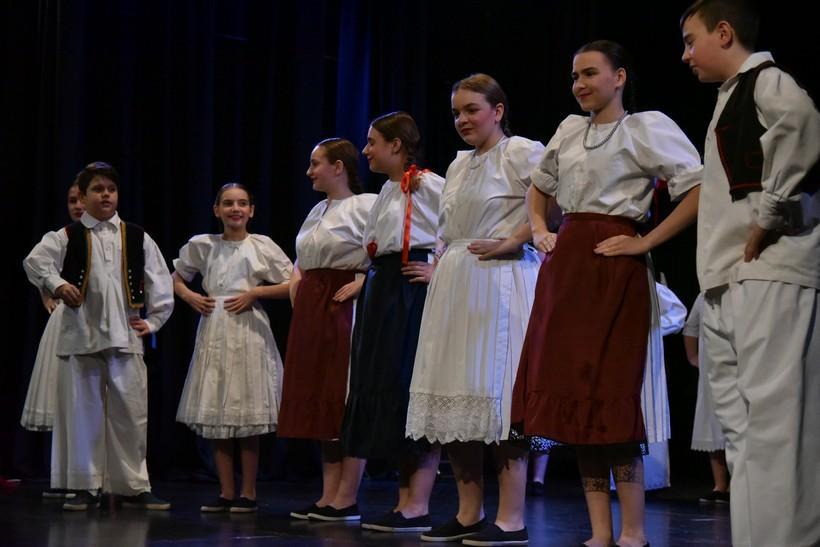 [FOTO/VIDEO] Folklorni ansambl Koprivnica zbog velikog interesa ponovio koncert 'Domoljubu s ljubavlju'.