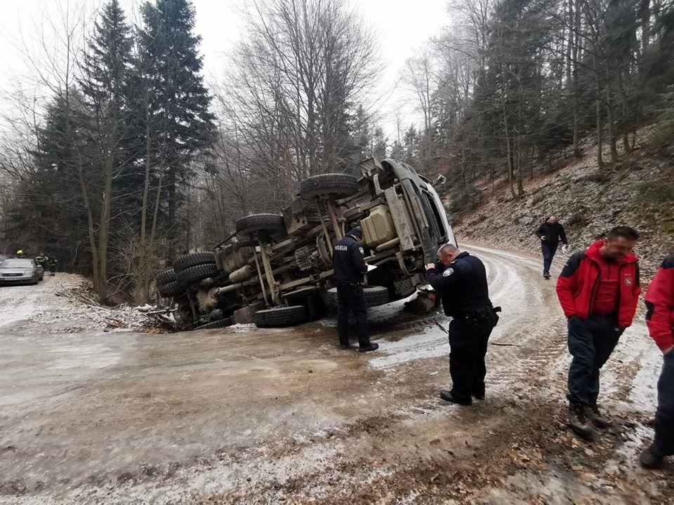 Prevrnuo se kamionom usred šume; HGSS i vatrogasci na terenu