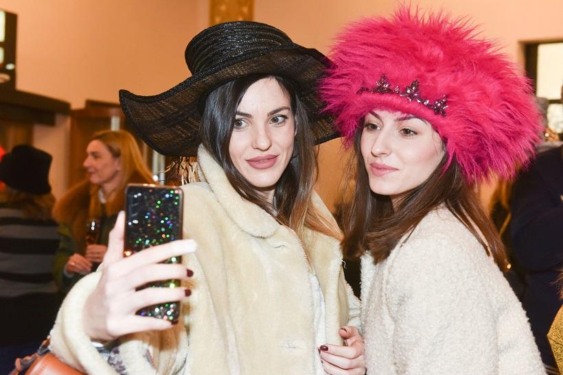 [FOTO] RAJ ZA PRIPADNICE LJEPŠEG SPOLA Dva sata isprobavale ekstravagantne šešire