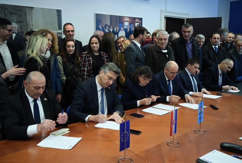 Andrej Plenković zajedno sa svojim timom predao potpise za stranačke izbore