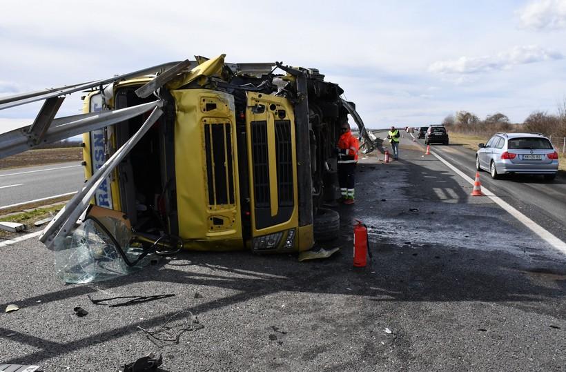 Vozač kamiona izgubio kontrolu nad vozilom i završio na boku