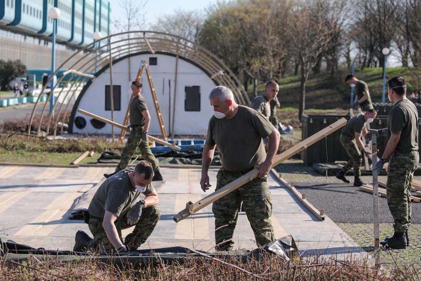 Vojska montira šatore za poljsku bolnicu ispred KB Dubrave