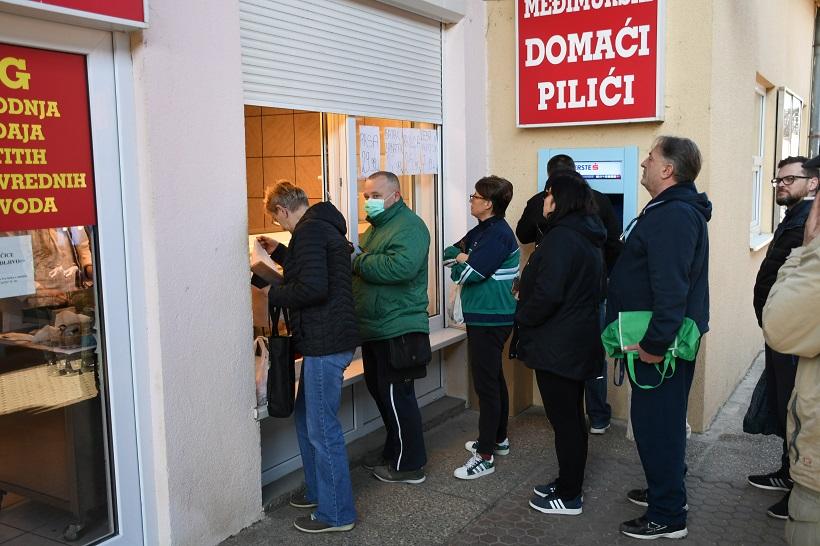 Bjelovar: Građani koji pune kućne zalihe stvorili veliki red ispred mesnice