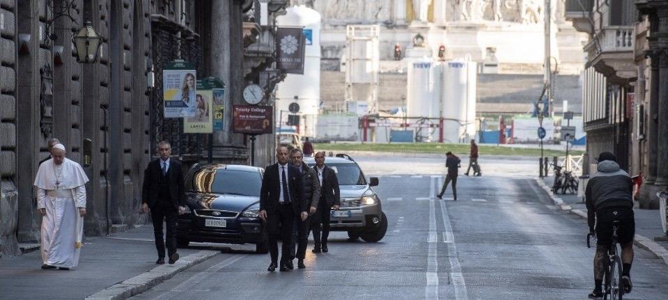 Papa pješice napustio Vatikan i hodočastio za prestanak pandemije koronavirusa