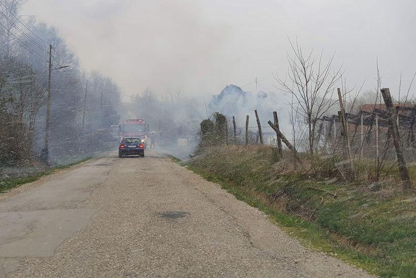 Vatrogasci na terenu; gori u blizini prometnice