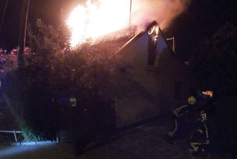 U potpunosti izgorjelo krovište kuće 62-godišnjaka te se urušio drveni strop