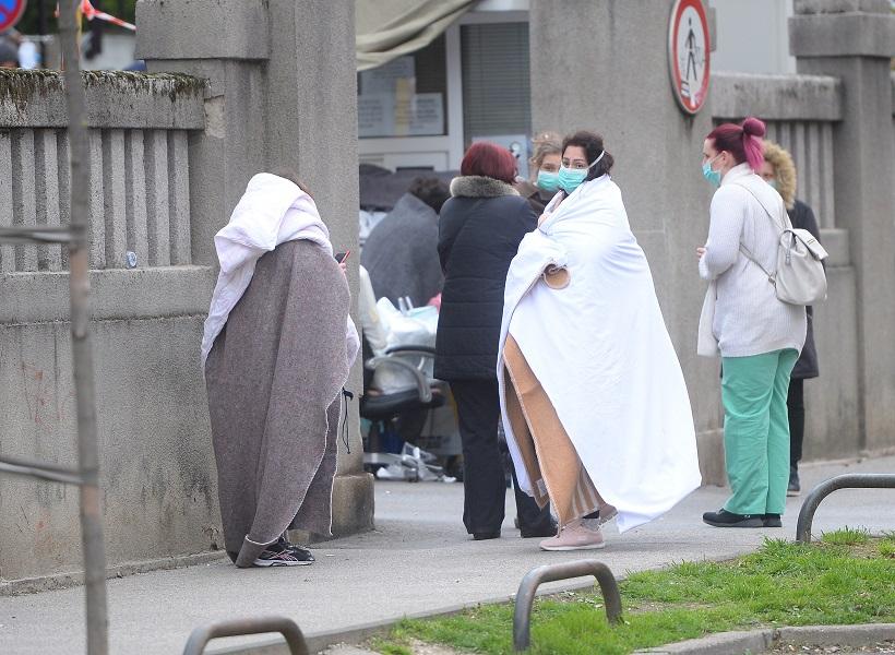 HRVATSKA VOJSKA U AKCIJI Pomažu građanima, sele djecu i opremu iz bolnica, dižu šatore. čiste grad!