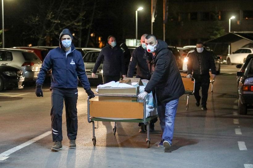 Navijači i dobrovoljci i u noćnim satima sele bolnički inventar