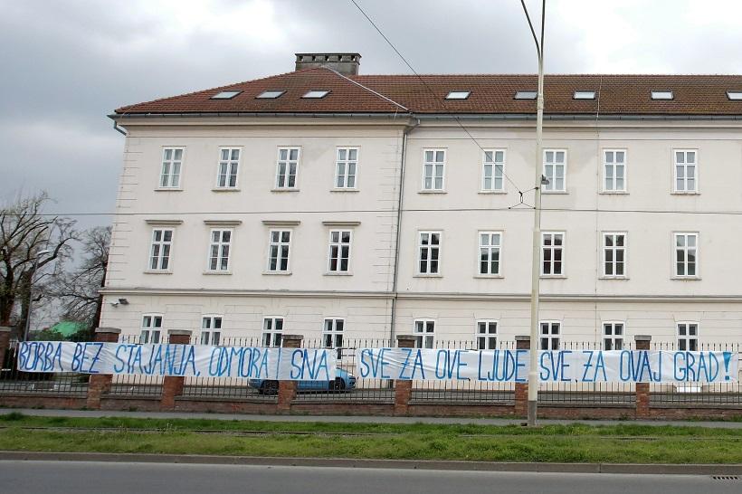 Ispred bolnice postavljen transparent podrške