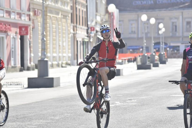 [FOTO] RAZONODA U DOBA KORONE Biciklirao na zadnjem kotaču s jednom rukom