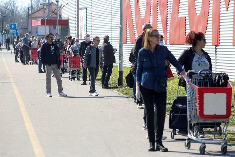 Zagrepčani u dugačkim redovima čekaju kako bi ušli u trgovinu