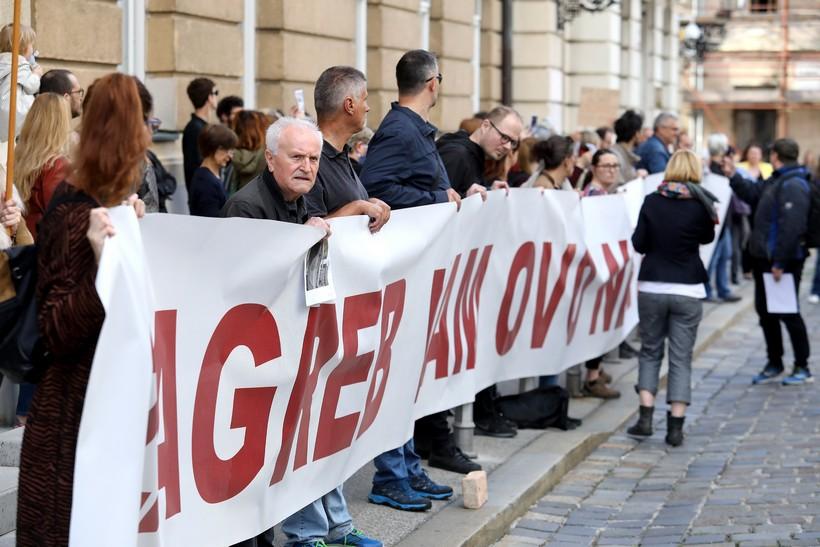 🎦 Ogorčeni građani pred Saborom; Plenković ušao na stražnji ulaz