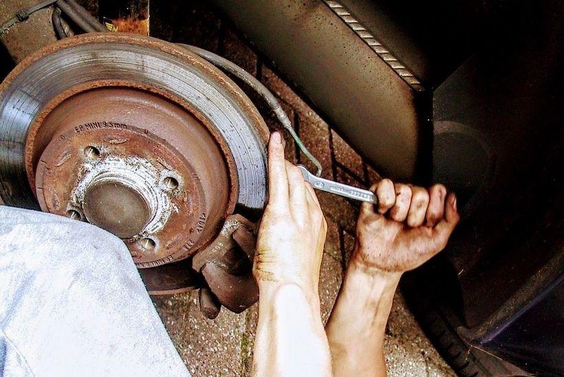 NEČISTA POSLA Oštetio crijevo kočnica na tuđem automobilu