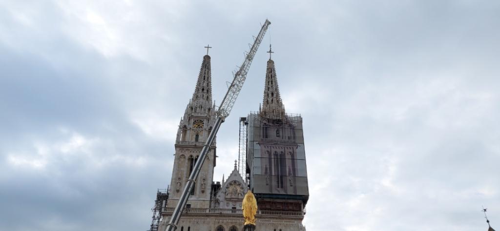 Postavljen križ na južni zvonik zagrebačke katedrale