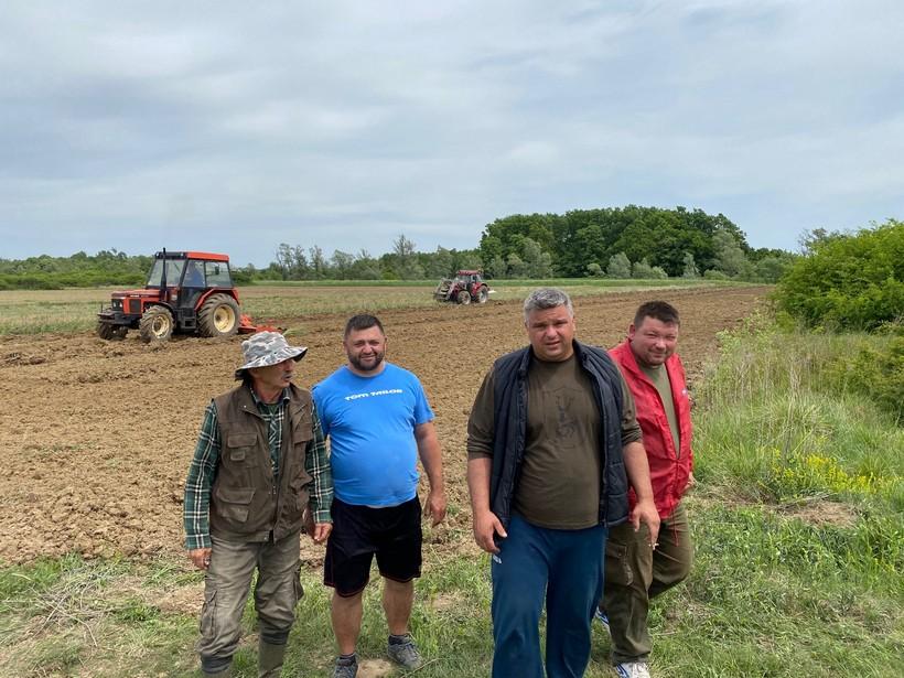 Lovci iz LD Zec Banovo u proljetnoj sjetvi kukuruza: 'Posijali smo oko 1,5 ha kukuruza koji će se koristiti za zimsku prihranu divljači'