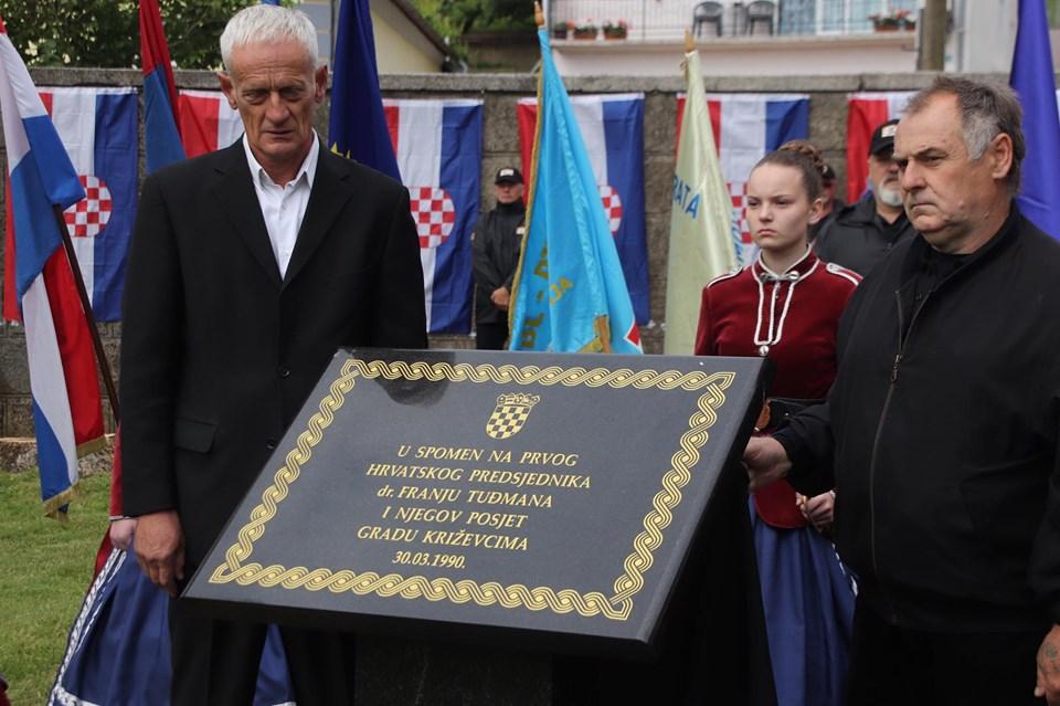 🖼️ 🎦 Hrvatski branitelji u Križevcima otkrili spomen ploču prvom predsjedniku Republike dr. Franji Tuđmanu