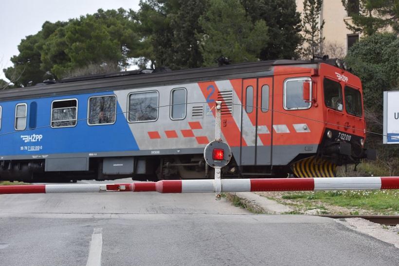 """Pijani vozač motocikla """"nije vidio"""" spuštenu rampu ispred pruge"""