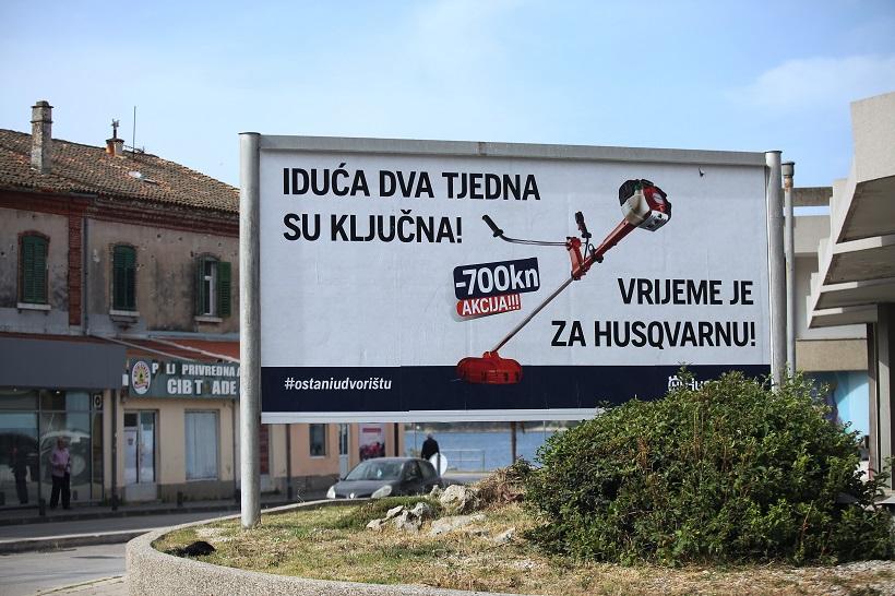 Reklama za kosilicu zabavlja prolaznike