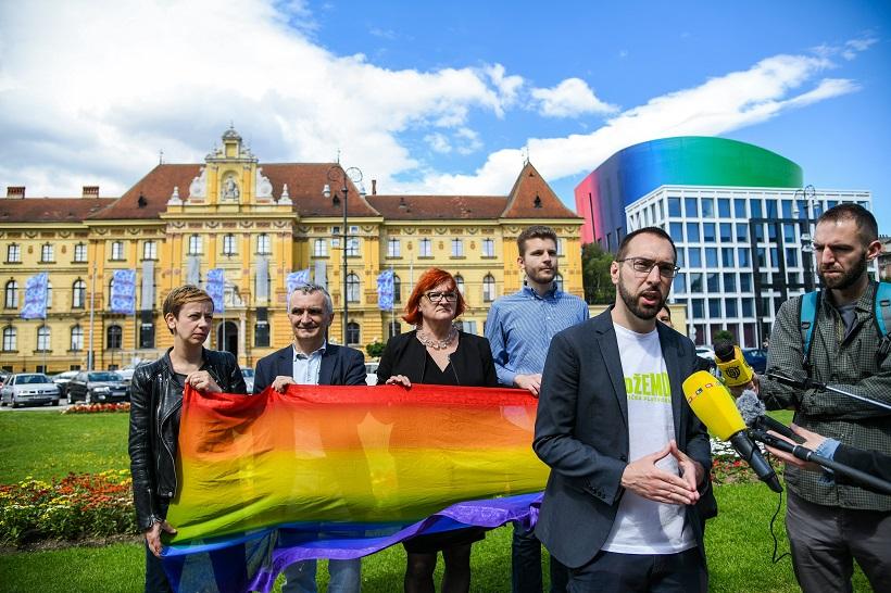 """POBUNILI SE Zastave Zagreb Pride-a zamijenjene zastavama """"Hoda za život"""""""