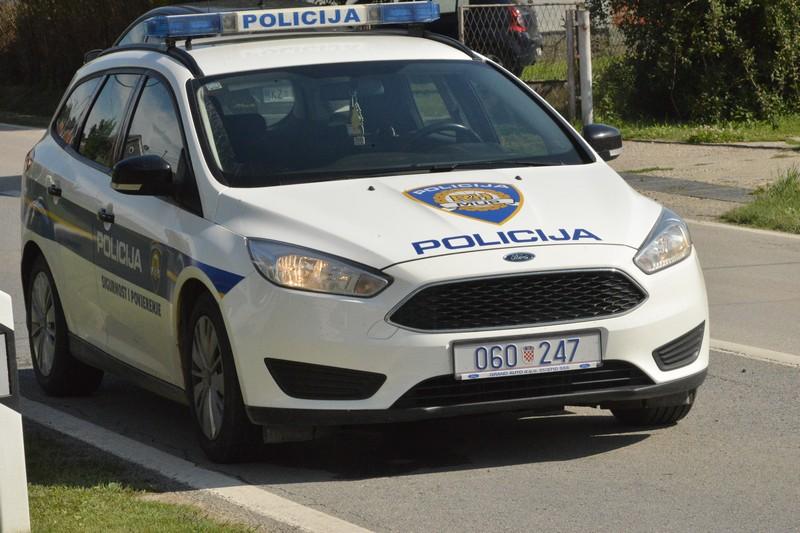 Kamionom 'razvalio' parkirane automobile uz rub ulice