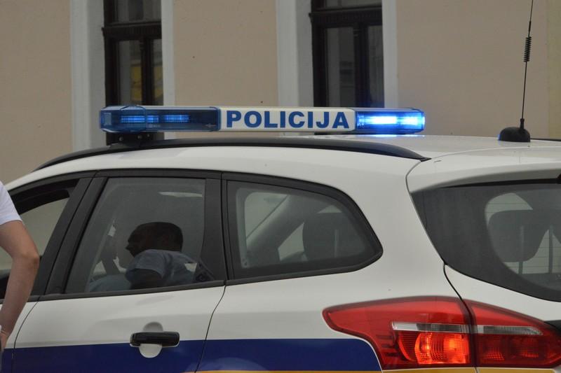 Križevci: Djedica Golfom udario u drugo vozilo i pobjegao