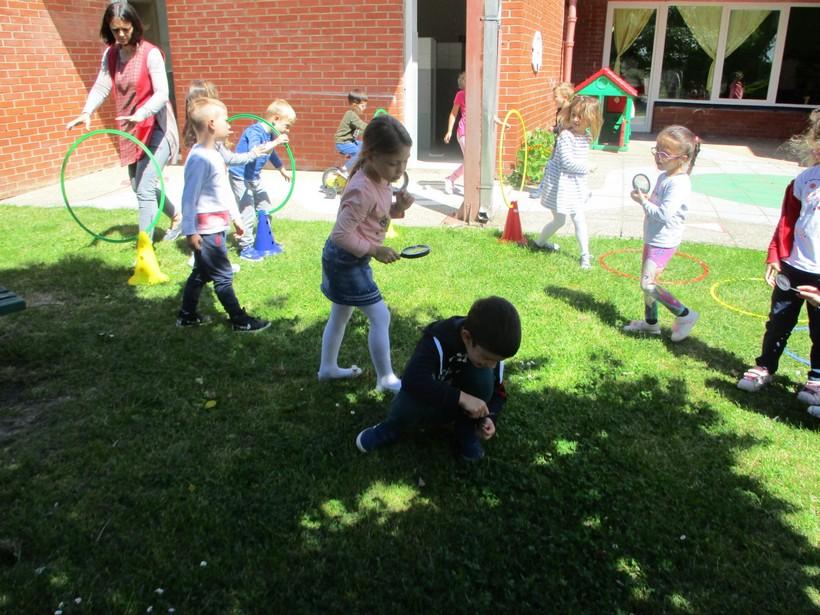 Dječji vrtić Maslačak Đurđevac; vrtičarci u dvorištu vrtića proučavali kukce