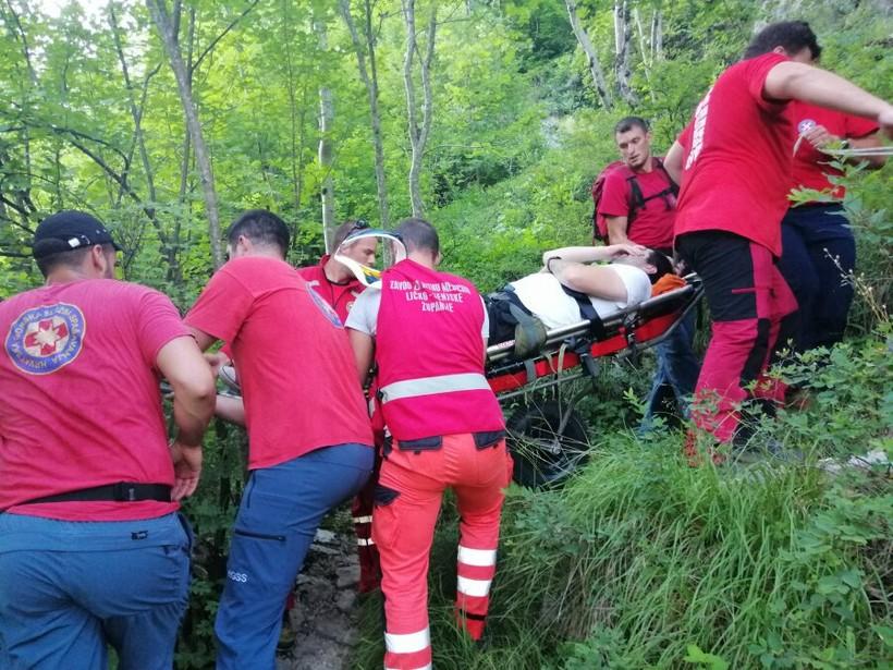 HGSS spašavao 27-godišnjaka; poskliznuo se i pao sa slapa na Plitvicama