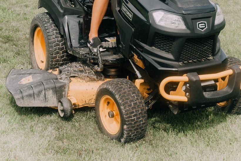 Iz prostorija nogometnog kluba ukrao traktorsku kosilicu i trimer