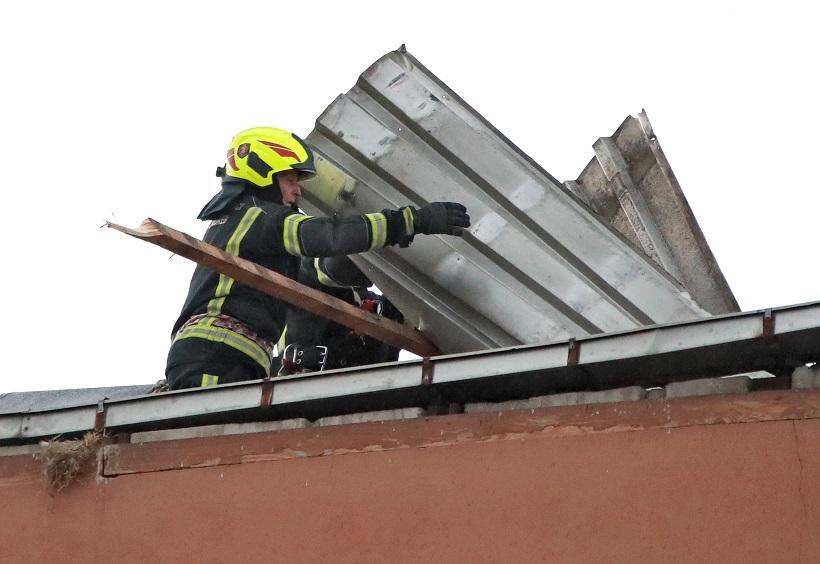 Jak vjetar dignuo limeni krov sa zgrade
