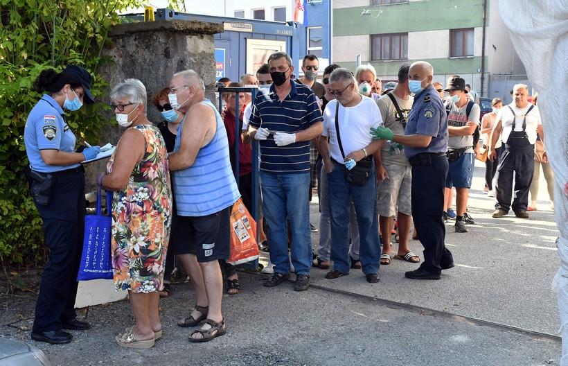 🎦 Građani pohrlili u dvorište policijske postaje; razlog iznenađujuć
